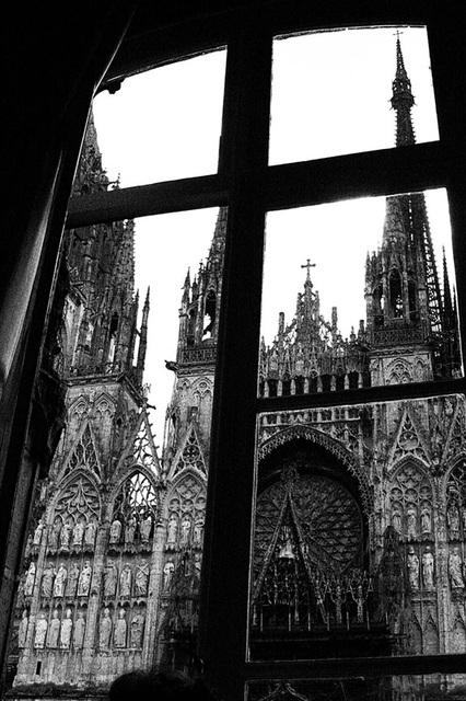 ルーアンのノートルダム大聖堂を見上げる